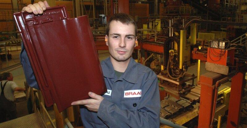 """<p class=""""artikelinhalt"""">Ein weiterer """"Edelstein"""" für die Produktion in Obergräfenhain: Mitarbeiter Alexander Rühle zeigt den neuen Dachziegel Braas Rubin 13 V, der im Januar dem internationalen Fachpublikum vorgestellt wird. </p>"""