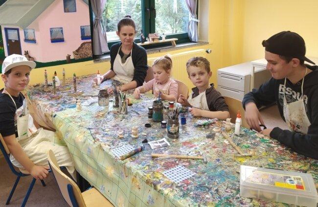 Anja Schulz und ihre Kinder Paul (v. l.), Sophie, Nico und Elias im Bastelraum der Saydaer Jugendherberge. Die Berliner sind zum ersten Mal im Erzgebirge und planen schon jetzt den nächsten Besuch.