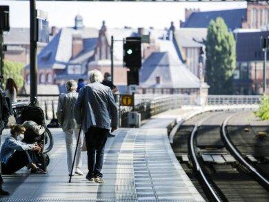 Fahrgäste warten auf einem Bahnsteig im Berliner Hauptbahnhof.