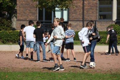 Maskenfrei in die bewegte Pause: Die Schüler des Käthe-Kollwitz-Gymnasiums in Zwickau dürfen den Mund-Nasen-Schutz an der frischen Luft abnehmen. Manch einer hat sich jedoch schon so daran gewöhnt, dass er die Maske einfach aufbehält.