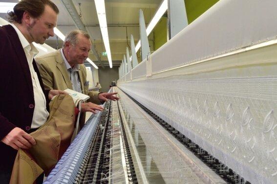 Marco und Dietrich Wetzel (rechts) in der neuen Stickerei in Plauen. Sie läuft im Probebetrieb.