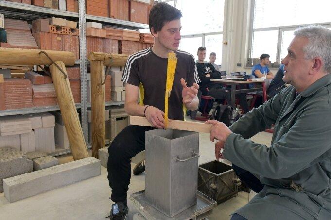 """Im Berufsschulzentrum """"Julius Weisbach"""" in Freiberg absolviert Dominik Pudell (li.) eine Ausbildung zum Stahlbetonbauer. Nach den bisherigen Plänen des Kultusministeriums soll die Ausbildung in Bauberufen künftig verlagert werden."""
