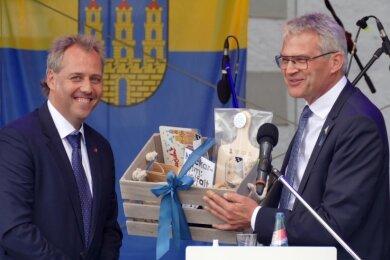Zschopaus Oberbürgermeister Arne Sigmund (l.) und sein Amtskollege Steffen Hertwig aus Neckarsulm - hier zu sehen am Tag der Deutschen Einheit - haben sich auf eine Wiederbelebung des Schüleraustauschs zwischen den beiden Partnerstädten verständigt.