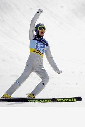 """Sven Hannawald jubelt nach einem Versuch bei der Skiflug-WM in Harrachov. An der Schanze hielt damals ein junges Mädchen ein Plakat hoch. Auf dem stand geschrieben: """"Hanni-Maus, lass mich dein Käse sein."""""""
