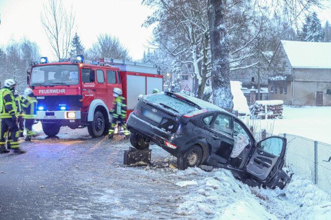 Am Dienstagnachmittag ist eine Ford-Fahrerin auf der S 255 bei Oelsnitz von der Fahrbahn abgekommen.