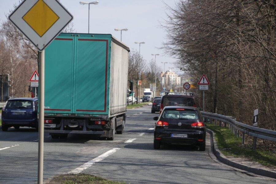 Blick auf die nur 45 Meter lange Ausfahrt vom Neefepark-Areal auf die Neefestraße stadteinwärts. Der Bereich gilt als Unfallschwerpunkt.
