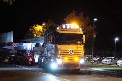 Mehr als 100 Tonnen auf 14 Achsen. Der erste von zwei polizeieskortierten Spezialsattelzügen füllt die Zwickauer Straße aus, dann ging's auf die A 72.