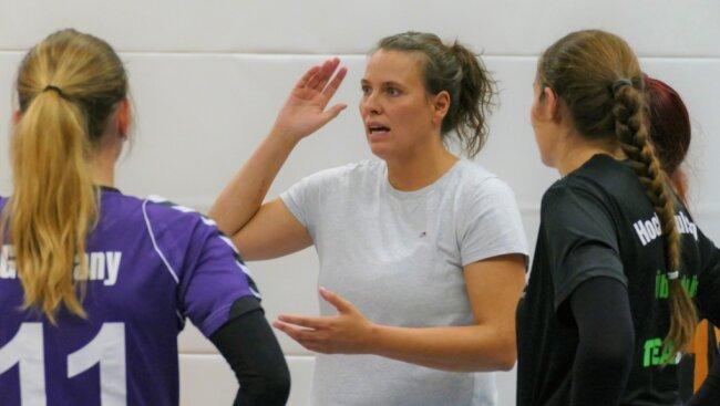 Nach einer erfolgreichen Karriere als Spielerin und zweieinhalb Jahren auf der Trainerbank der Männer des SV Chemnitz-Harthau gibt Trainerin Josephine Brandt nun bei den Zschopauer Damen die Kommandos.