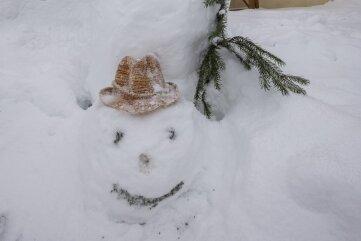 """Ein besonders sportlicher Schneemann turnt an der Bergschmiede """"Markus Röhling"""" in Frohnau ..."""
