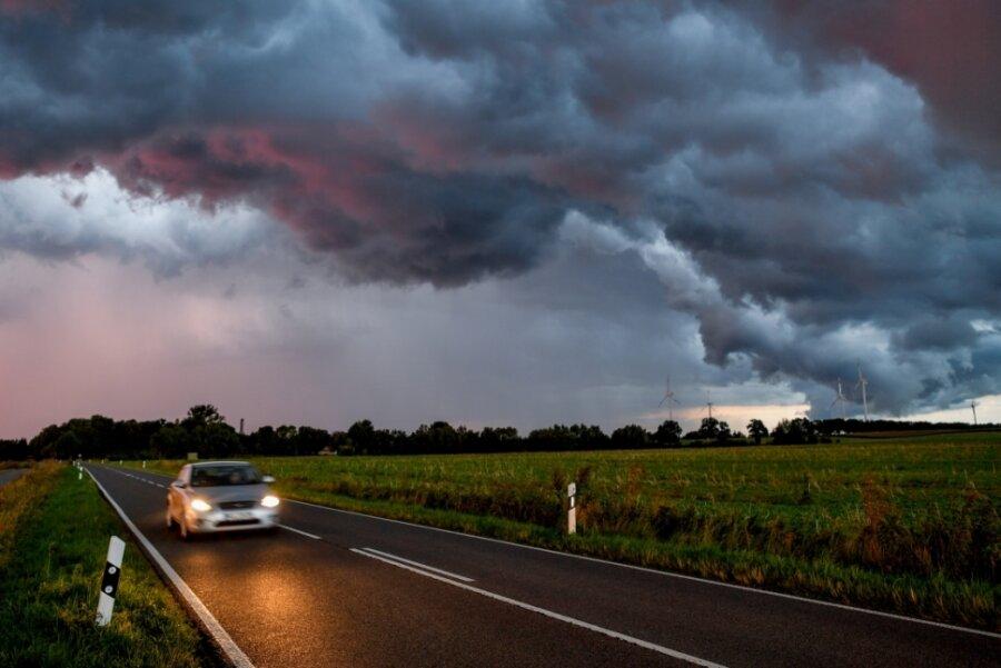 Wenn man im Auto vom Blitz getroffen wird, kann einem nicht viel passieren: Das Blech wirkt als sogenannter Faradayscher Käfig. Das Auto selbst könnte allerdings nach dem Einschlag hin sein - und man muss ein neues kaufen. Ein Lottogewinn wäre da sicher hilfreich. Dumm nur: Die Chance auf den Jackpot bei 6 aus 49 ist deutlich niedriger als die soeben aufgebrauchte Wahrscheinlichkeit, vom Blitz getroffen zu werden.