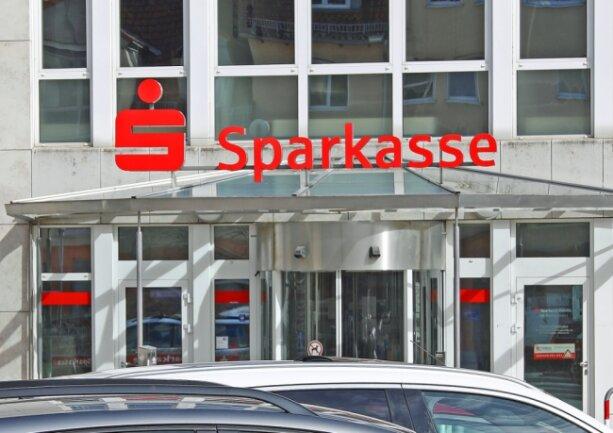 Das Zwickauer Geldhaus (im Bild die Werdauer Filiale) hat neue Kontenmodelle eingeführt. Für 93.000 Girokonteninhaber steigen jetzt die Gebühren.