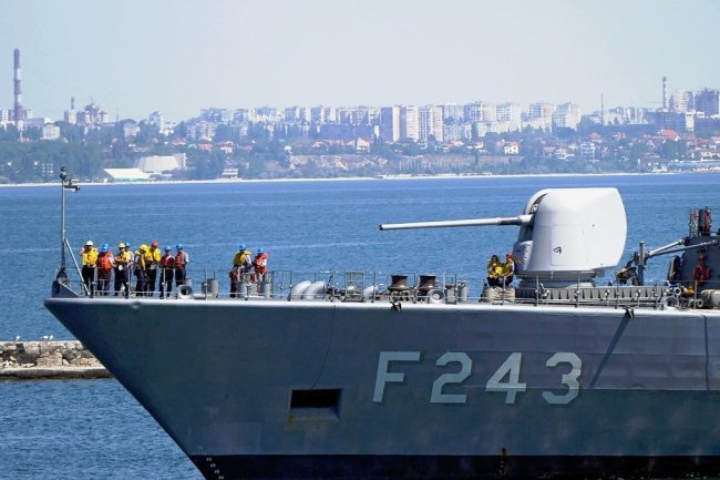 """Eine türkische Fregatte im Hafen von Odessa. Sie ist Teil des Manövers """"Sea-Breeze"""" im Schwarzen Meer."""