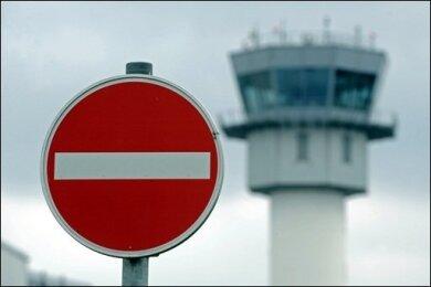 Der deutsche Luftraum bleibt wegen der Aschewolke des isländischen Vulkans bis 20.00 Uhr gesperrt. Mehrere Airlines kritisierten das Flugverbot, weil es nur auf Grundlage von Hochrechnungen zu der Staub-Belastung erlassen worden sei.