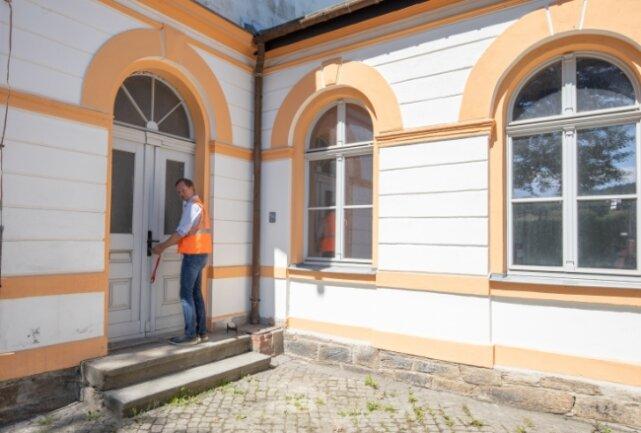 """Symbolträchtiges Bild: Raik Hoffmann öffnet die Tür des historischen Betriebsgebäudes. Das wird zum """"Testlabor"""" umgebaut."""