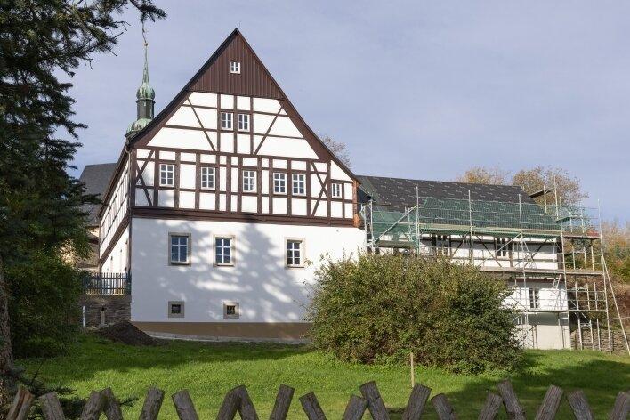 Das Pfarrhaus in Crottendorf ist derzeit Baustelle. Unterdessen ist für die seit nunmehr fast zwei Jahren vakante Stelle des Pfarrers noch kein Nachfolger gefunden.