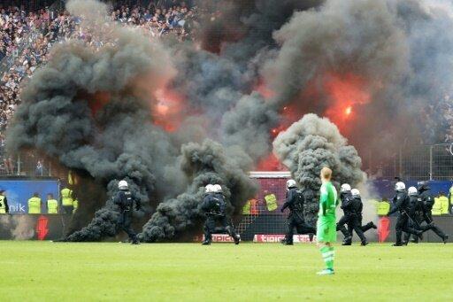 Teile der HSV-Fans zündeten gegen Gladbach Pyrotechnik
