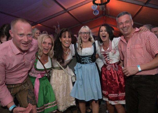 Sebastian Branny, Mandy Unger, Melanie Branny, Nicol Weber, Anna Scheffler und Mathias Unger (v.li.) hatten beim 6. Auer Oktoberfest ihren Spaß.
