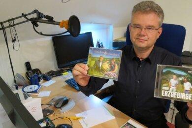 Steffen Kindt, Chef des Erzgebirgsensembles Aue, mit den neuesten CD-Produktionen.