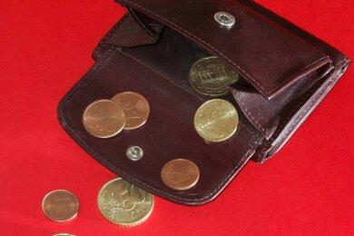 Letzte Cent-Stücke in einer Geldbörse: Oelsnitz ist vom finanziellen Kollaps bedroht. Schnell muss umgesteuert werden.