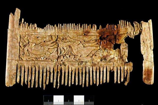 Der mit Tierszenen verzierte  Elfenbeinkamm steckte  in einer Art frühmittelalterlichem Kulturbeutel. Foto: -/Bayerische Landesamt Für Denkmalpflege/dpa