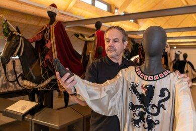 Hausmeister Reinhard Lagies legt oft Hand an in der neuen Fürstenzug-Ausstellung im Dachgeschoss der Stadtbibliothek, die für 3,5 Millionen Euro umgebaut wurde. Er ist selbst Mitglied im Verein und verkörpert im Tross der 94 Darsteller die Figur Otto des Reichen.