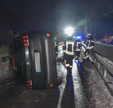Der Peugeot kippte bei dem Unfall auf die Seite. Der Fahrer konnte sich selbst befreien.