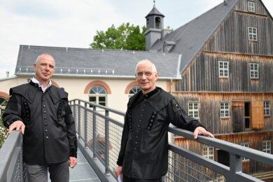 Ralf Gumprecht, Vize-Vereinschef des Bergbauvereins Schneeberg (li.), und Vereinschef Volkmar Müller sind froh, dass der Anbau realisiert werden konnte.