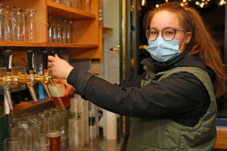 """Tara Teschner, Service-Azubi in der Gaststätte im Werdauer Wald, sorgte am Zapfhahn für Nachschub: """"Endlich sind wieder Gäste da."""""""