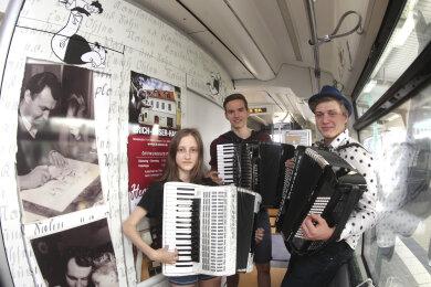 """Natalie Mocker, Jonas Gäbler und Jonas Scherzer vom Vogtlandkonservatorium """"Clara Wieck"""" in Plauen spielten auf der Jungfernfahrt auf."""