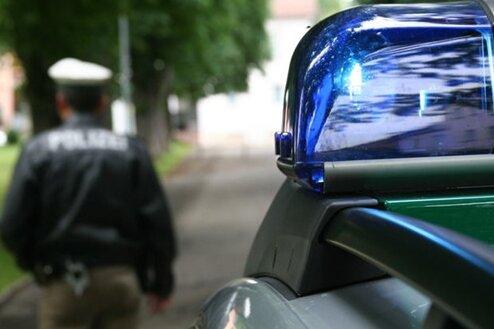 Lastwagen mit Holz aus Tschechien kippt in Ostsachsen um