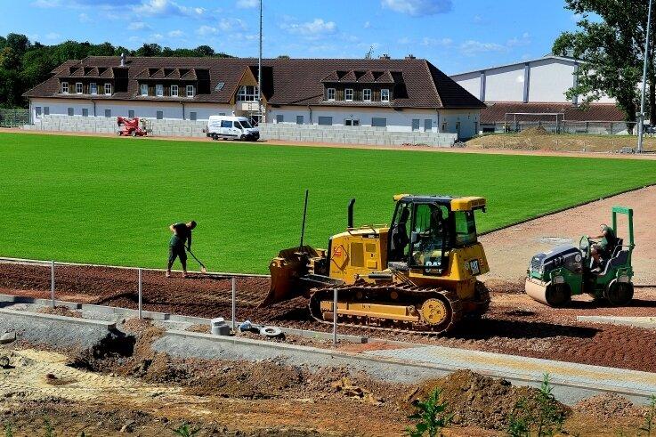 Der neue Rasen wächst schon seit einigen Wochen an, im Sportforum Hainichen wird derzeit der Einbau der Laufbahnen vorbereitet.