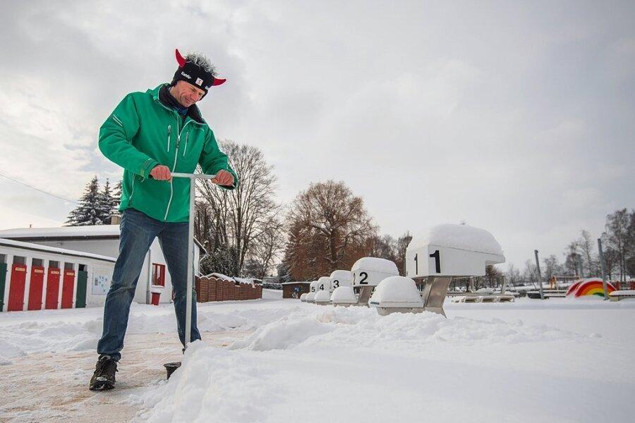 Neukirchens Freibadbetreiber Thomas Sprunk hat auch im Winter zu tun. Denn er muss beispielsweise regelmäßig Wasser aus den Becken ablassen, damit kein Eis gegen die Überlaufrinne drückt.