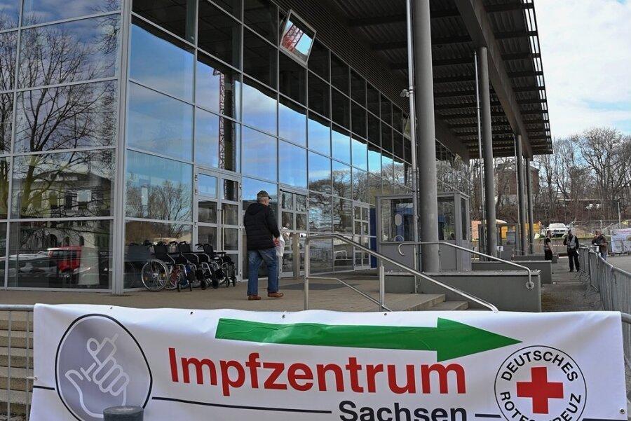 Im Chemnitzer Impfzentrum in der Richard-Hartmann-Halle sind am Donnerstagvormittag zahlreiche Impftermine für die nächsten Tage frei gewesen. Eine Buchung ist über das Onlineportal möglich. Foto: Andreas Seidel