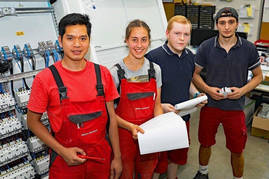 Jungfacharbeiter Johannes Thiel (Zweiter von rechts) steht den Auszubildenden Le Thanh Hung aus Vietnam, Naemi Matteis und Denis Pali aus Griechenland mit Rat und Tat zur Seite.