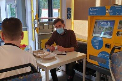 Vor jeder Impfung führt Arzt Max Marius Pyl (rechts) Aufklärungsgespräche und beantwortet Fragen der Impfwilligen. Vor allem Sorgen wegen Vorerkrankungen wie etwa Herzinfarkte waren immer wieder Thema.
