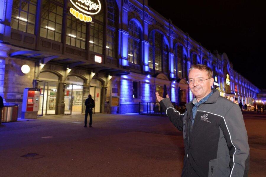 Enrico Oswald, Geschäftsführer der LEC GmbH, vorm Hauptbahnhof in Dresden.