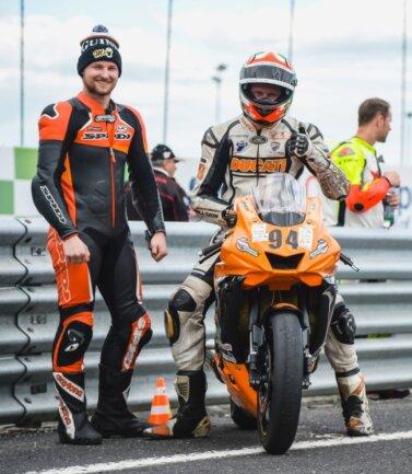Pascal Lenz (links) aus Kottengrün und Danny Rahmig aus Bad Elster bildeten 2019 ein Team. Mit ihren Yamahas wurden sie Vizemeister der Twin-Klasse der Internationalen Deutschen Meisterschaft.
