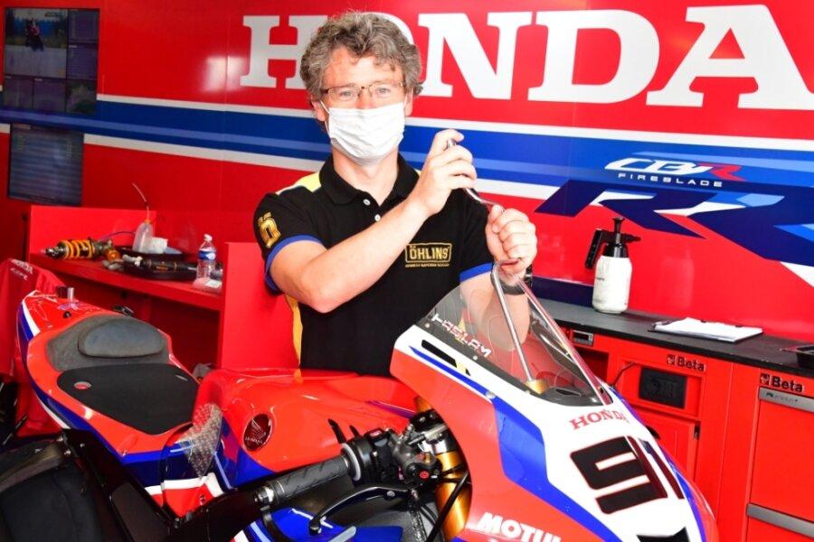 Steve Jenkner hat nach seiner aktiven Karriere als Motorrad-Rennfahrer die Seiten gewechselt. Er schraubt jetzt an den Maschinen der Grand-Prix-Stars. Dort ist er ein gefragter Mann in Sachen Fahrwerkseinstellung.