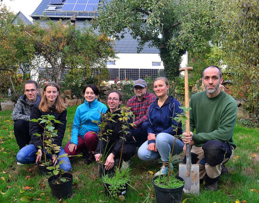 Künstler Jens Ossada (r.) hat zusammen mit der Mittweidaer Gruppe von Fridays for Future in seinem Skulpturengarten in Ehrenberg den Klimanotstand ausgerufen.