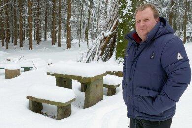 """Der Gelenauer Bürgermeister Knut Schreiter am """"Tischl"""". Das im Wald gelegene Ausflugsziel möchte die Gemeinde Gelenau mit Hilfe des diesjährigen Kettensäge-Events mit neuen Sitzgarnituren ausstatten. Darüber hinaus soll der bei Wanderern beliebte Treffpunkt weiter aufgewertet werden."""