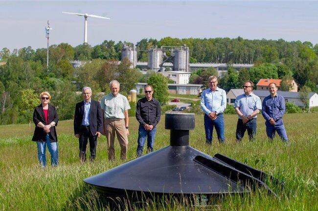 Die an der Sanierung der Deponie Zobes beteiligten Partner freuen sich über grünen Strom. Gas, das unter der Deponieabdeckung entsteht, wird in Gasbrunnen (vorne im Bild) gesammelt und zur Biogasanlage eines privaten Betreiber geleitet. Dort entsteht daraus Strom.
