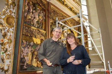 Anke und Jan Großmann restaurieren den Altar in der Plauener Lutherkirche.