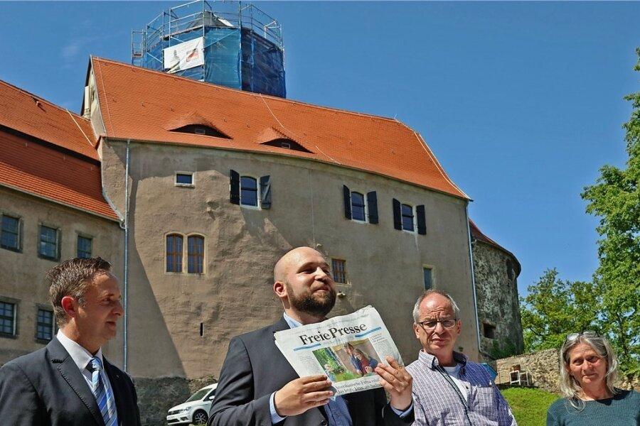 Unter anderem eine aktuelle Tageszeitung hat Burgleiter Christian Landrock am Mittwoch in eine Zeitkapsel gepackt.