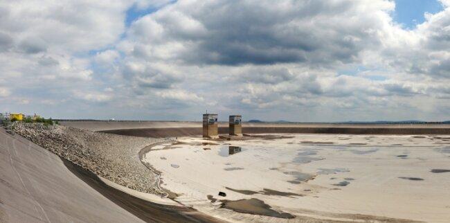 Das Wasser ist raus, jetzt wird das Oberbecken inspiziert und neu abgedichtet.