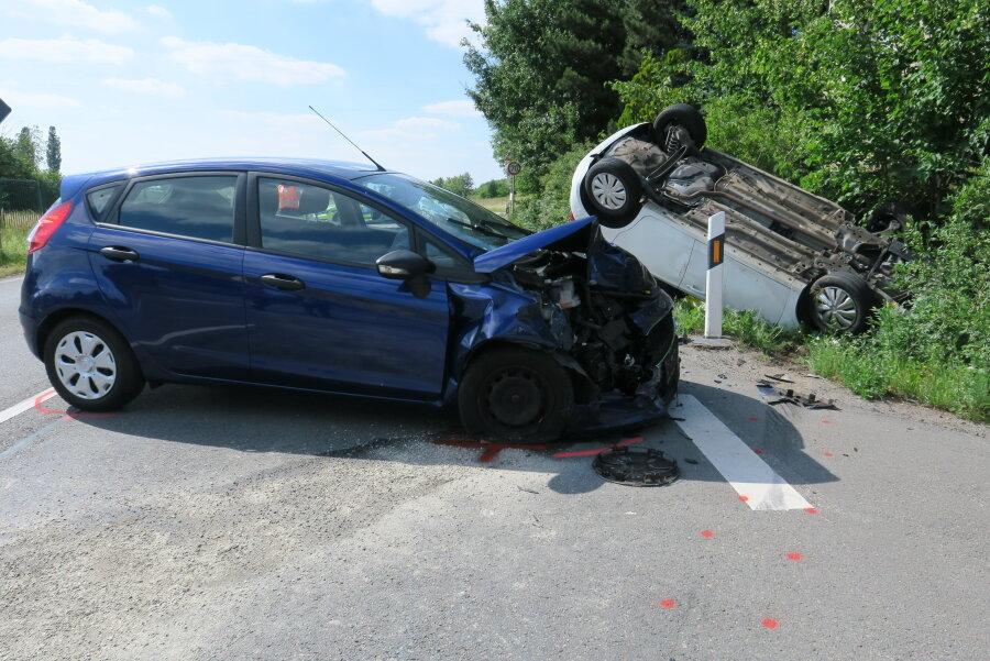 Bei dem Zusammenstoß wurden laut Polizei drei Personen schwer verletzt.