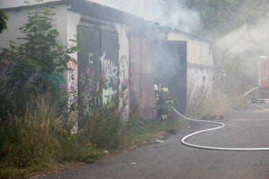 Zu einem Garagenbrand in Freiberg ist am Sonntagnachmittag die Feuerwehr ausgerückt.
