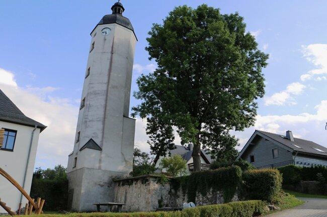 Der schiefe Turm in Rößnitz ist markant. Nun wird wieder ein Turmfest gefeiert.