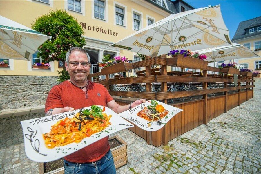 """Hereinspaziert und """"Guten Appetit!"""". In Lößnitz freut sich Giorgio Negretto, dass er auf der Terrasse seiner Trattoria wieder Gäste bewirten darf. Aber noch lassen die aktuellen Regeln viele Besucher zögern."""