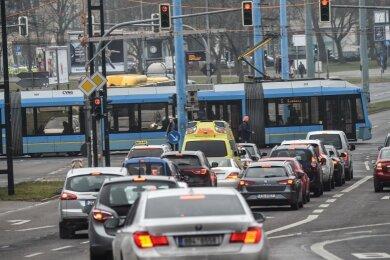 Jetzt steht es fest: Die Kreuzung Bahnhofstraße/Brückenstraße/Augustusburger Straße wird ab Februar zur Großbaustelle. Vor allem für den Autoverkehr, aber auch für Straßenbahnen und Busse wird es massive Einschränkungen geben.