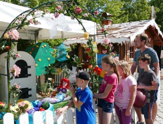 """Mit Hortkindern der Grundschule """"Am Zschopenberg"""" nimmt Betreuer Christian Schiffner den Märchengarten unter die Lupe."""